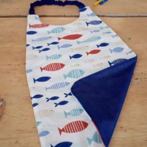 Serviette enfant en coton imprimé poissons bleus, rouges et beiges, coton uni bleu foncé, tour de cou bleu foncé