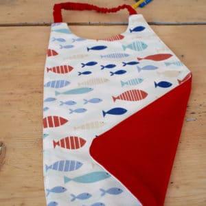Serviette enfant en coton imprimé poissons bleus, rouges et beiges, coton uni rouge, tour de cou rouge