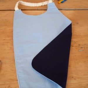 Serviette enfant en coton uni bleu ciel, coton uni bleu marine, tour de cou blanc