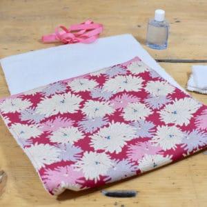 Tapis à langer en Tilda Minnie Plum, éponge blanche, ruban rose