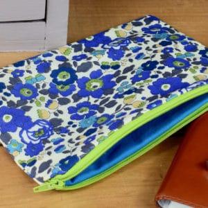 Trousse en Liberty Betsy Saphir, intérieur bleu, fermeture verte