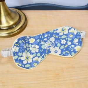 Masque de nuit en Liberty Betsy Japonais fond bleu, minky jaune, ruban blanc