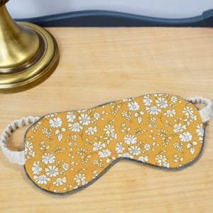 Masque de nuit en Liberty Capel Moutarde G, minky gris, ruban beige