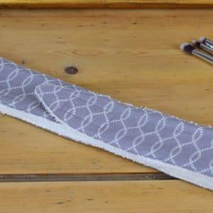 Bandeau en Gutermann gris à chaines blanches