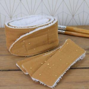 Coffret soin de la peau, un bandeau et 3 lingettes rectangulaires en éponge blanche et double gaze ocre à pois dorés
