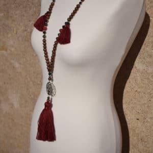 Collier de perles en bois marron, pompons rouge et pendentif en acier motif arbre