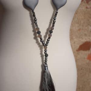 Collier de perles, pompon et coeur gris