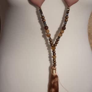 Collier de perles, pompon et coeur marron