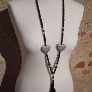 Collier de perles, pompon et coeur noir