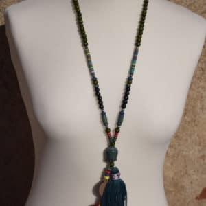 Collier de perles, pompon et tête de Bouddha vert