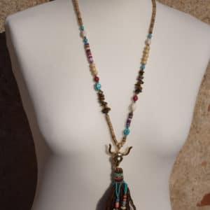 Collier de perles, pompon et tête de buffle marron