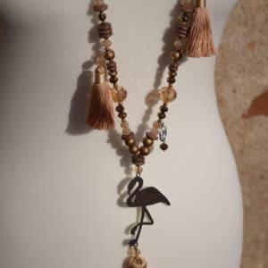 Collier de perles, pompons marrons et pendentif en acier motif flamant rose