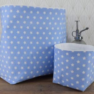 Duo de panières en coton imprimé étoiles blanches sur fond bleu et coton uni blanc