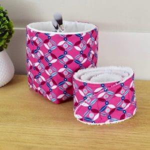 Duo panière et bandeau en coton imprimé géométrique losanges bleus et blancs sur fond rose