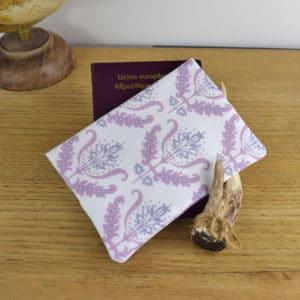Etui à passeport en Gutermann Ornement rose et Violet sur fond blanc