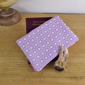 Etui à passeport en Gutermann rose à étoiles blanches et bleues, intérieur en coton bleu