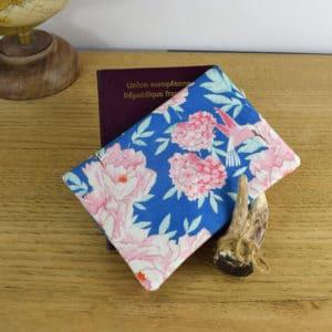 Etui à passeport en Tilda Hummingbird Blue
