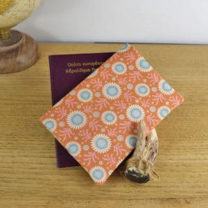 Etui à passeport en Tilda Sunflower Honey Yellowg, intérieur en coton bleu