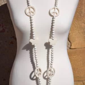 Sautoir en perles de bois blanches, papillons et peace and love blancs et pompon blanc