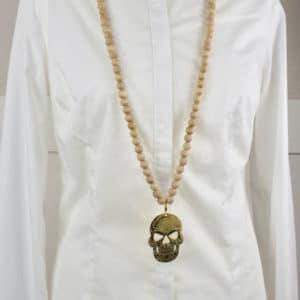 Sautoir en perles de bois et son médaillon tête de mort