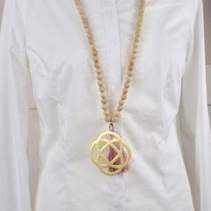 Sautoir en perles de bois et son pendentif arabesque