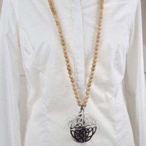 Sautoir en perles de bois et son pendentif arabesque chinois