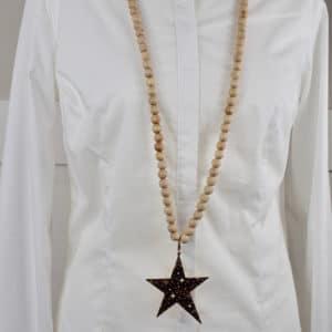 Sautoir en perles de bois et son pendentif étoile