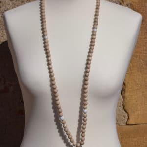 Sautoir en perles de bois, perles en bois blanches et son médaillon baroque