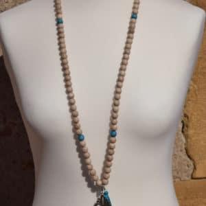 Sautoir en perles de bois, perles en bois bleues, pompon bleu et son médaillon