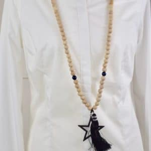 Sautoir en perles de bois, perles en bois bleues, pompon noir et son médaillon étoile