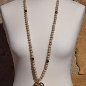 Sautoir en perles de bois, perles en bois marrons et son pendentif triple C