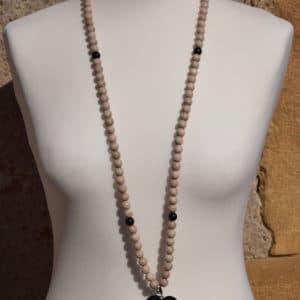 Sautoir en perles de bois, perles en bois noires, pompon noir et son médaillon baroque