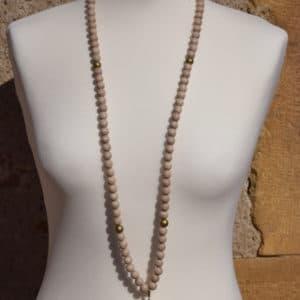 Sautoir en perles de bois, perles en bois or et son médaillon attrapeur de reve