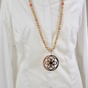 Sautoir en perles de bois, perles en bois roses et son médaillon rosace