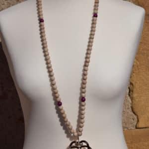 Sautoir en perles de bois, perles en bois roses et son pendentif triple C