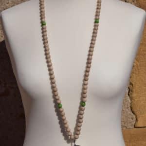 Sautoir en perles de bois, perles en bois vertes et son médaillon rosace