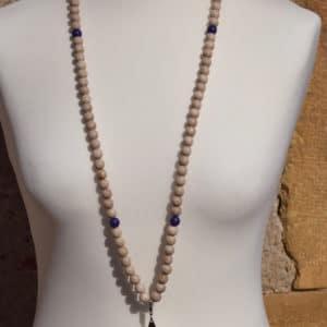 Sautoir en perles de bois, perles en bois violettes et son médaillon étoile