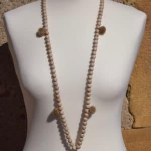 Sautoir en perles de bois, pompons ronds beige et son médaillon étoile