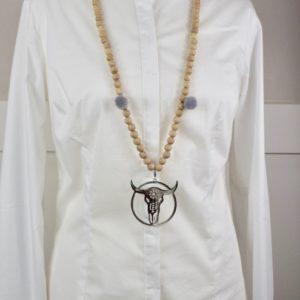 Sautoir en perles de bois, pompons ronds gris et son médaillon tete de buffle 1
