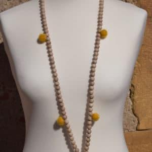 Sautoir en perles de bois, pompons ronds jaune et son médaillon rosace