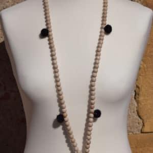 Sautoir en perles de bois, pompons ronds noirs et son médaillon attrapeur de reve