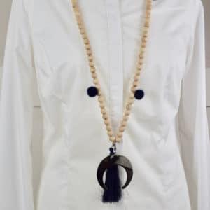 Sautoir en perles de bois, pompons ronds noirs et son médaillon lune 1