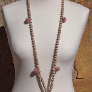 Sautoir en perles de bois, pompons ronds roses et son médaillon